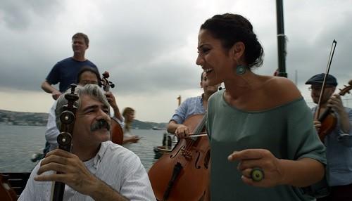 La música une pueblos y naciones en 'The Music of Strangers'
