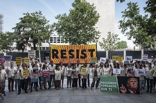 Activistas de Greenpeace protestan frente a la embajada de EEUU por la salida de Trump del Acuerdo de París