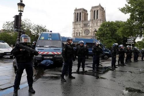 París: Policía disparó a un atacante fuera de la catedral de Notre-Dame