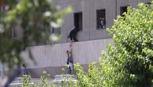 Irán: 12 muertos en ataques suicidas contra el parlamento y el santuario de Teherán