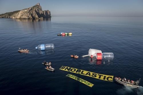 Objetos plásticos gigantes emergen del agua en el Mediterráneo