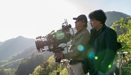 El Director Bong Joon Ho nos dirige en el camino hacia crear Okja en este video especial detrás de cámaras