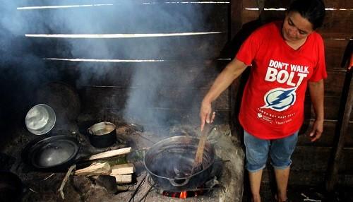EsSalud: Cocinar con leña en ambientes cerrados puede causar Fibrosis Pulmonar