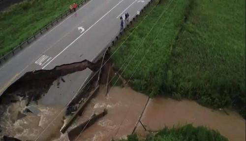 Huracán Harvey: Un foso se abre en la autopista de Texas después de las inundaciones