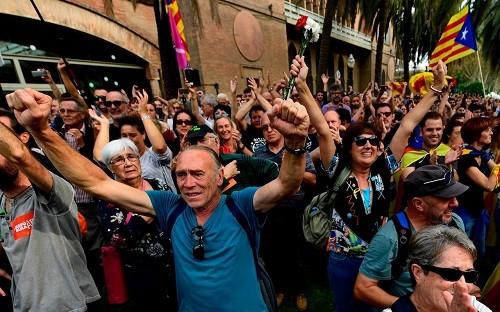 España: El parlamento catalán declara la independencia