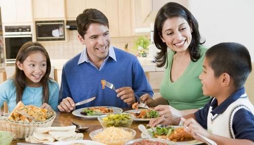 Comer sano y beber líquido son principales cuidados de la salud