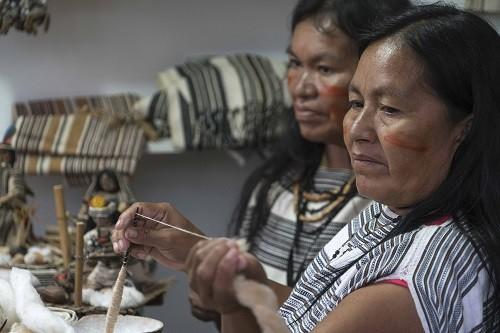 Mujeres del Bajo Urubamba buscan conquistar mercados con sus artesanías