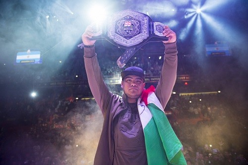 El mexicano Aczino gana en casa y se proclama Campeón Internacional de Red Bull Batalla de los Gallos