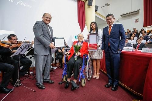 Minsa reconoce a fundadora del Instituto Nacional de Rehabilitación por su destacada labor