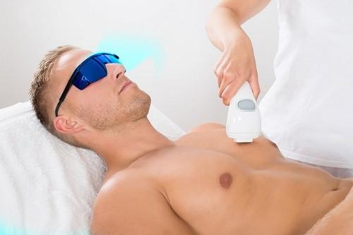 Por qué más hombres se depilan los vellos