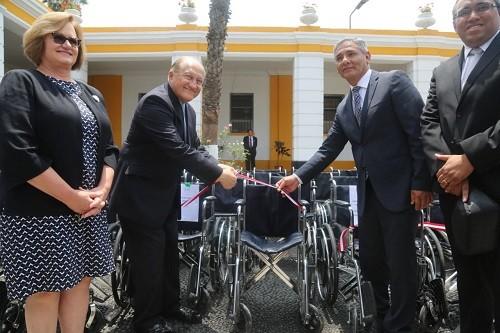 Donan camillas y sillas de ruedas para cuatro hospitales de Lima
