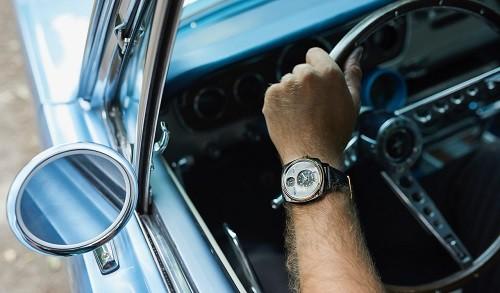 Crean relojes con distintas partes de vehículos Mustang