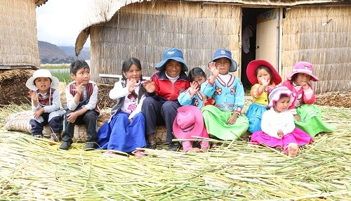 Proyecto Wawa Chumitas nace para ayudar a los niños de las islas flotantes en los Uros (Puno)