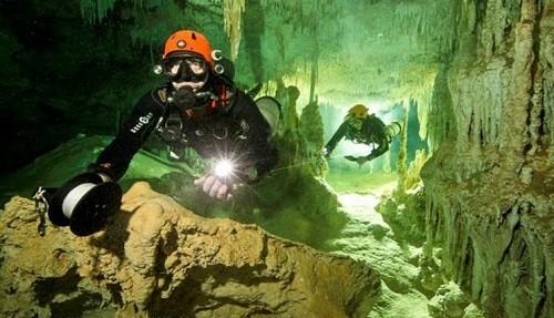 El equipo del gran acuífero maya (GAM), liderado por el explorador de National Geographic