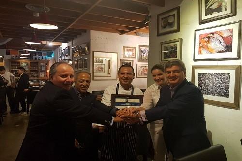 La Universidad San Ignacio de Loyola premia al chef peruano Daniel Chávez como 'Emprendedor del Año' en Singapur