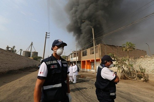 Minsa declara alerta sanitaria por incendio en depósito de llantas en el distrito de Comas