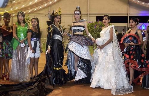Ropa de plástico cautiva a los visitantes de Expo Plast Perú 2018
