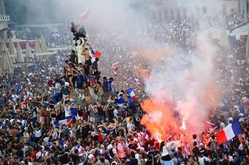 Francia celebra la victoria en la Copa del Mundo con desfiles y disturbios