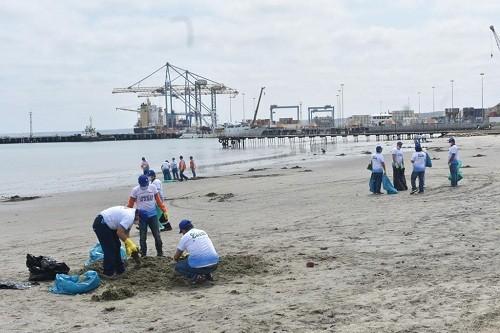 DP World Perú realiza campaña de limpieza de playa El Toril en Paita