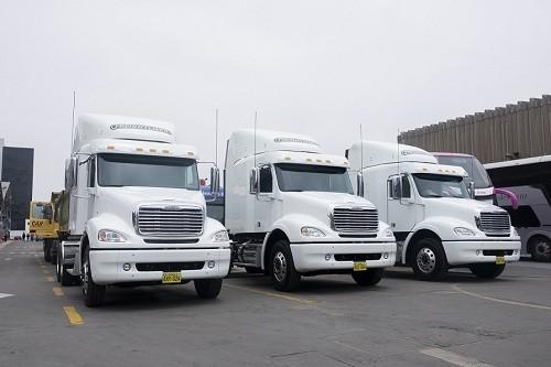 Divemotor entrega flota de remolcadores FREIGHTLINER a HSC TRANSPORTES