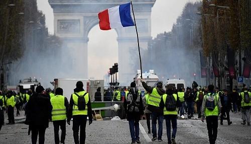 Tras violentas protestas, Francia suspende aumento de impuesto al combustible durante seis meses