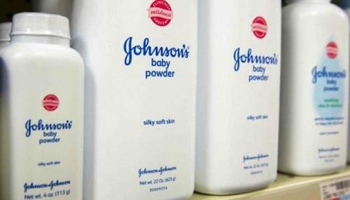 El regulador de la India le ordena a Johnson y Johnson que dejen de producir talco para bebés