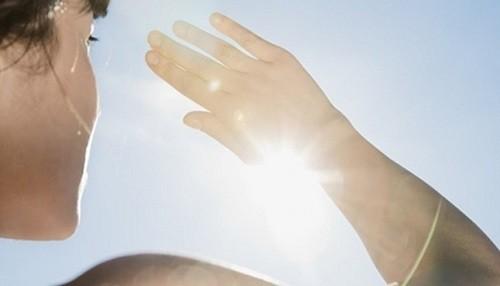 Exponerse al sol sin lentes con protección UV puede originar desde carnosidades hasta lesiones cancerígenas en los ojos