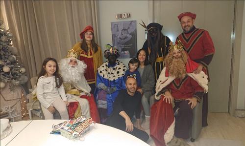 La controvertida foto de familia de Andrés Iniesta con los reyes magos