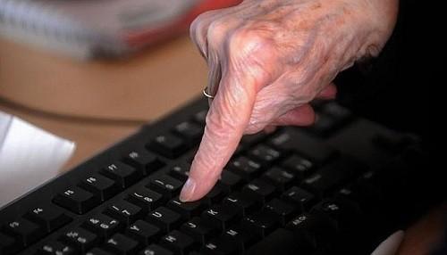 Personas mayores tienen más probabilidades de compartir noticias falsas en Facebook