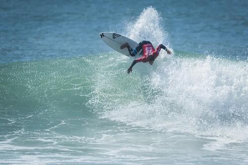 Alonso Correa en gran momento en la Qualifying Series de la Liga Mundial de Surf (WSL)