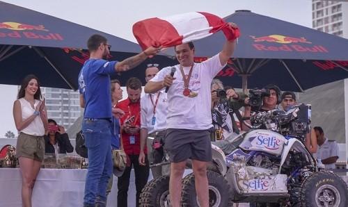 Pilotos peruanos celebraron en evento de clausura del Dakar 2019