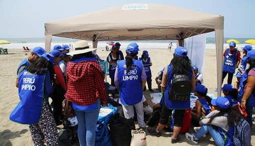 Veraneantes y comerciantes se convierten en 'SalvaPlayas', comprometiéndose a mantener las playas limpias
