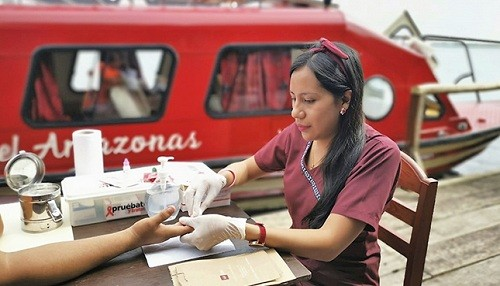 Embarcación recorre el río Amazonas llevando servicios del Ministerio de Salud para la prevención del VIH