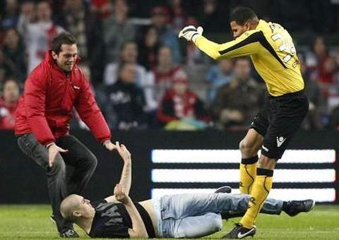 Arquero pateó a hincha que se metió al campo de juego para agredirlo
