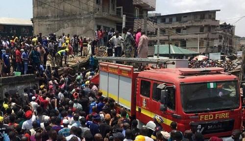 Nigeria: un colegio de tres pisos colapsa dejando a varios niños atrapados