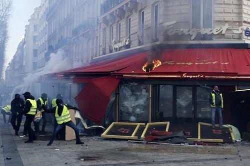 Los chalecos amarillos un sábado más en las calles de Francia: 121 detenidos