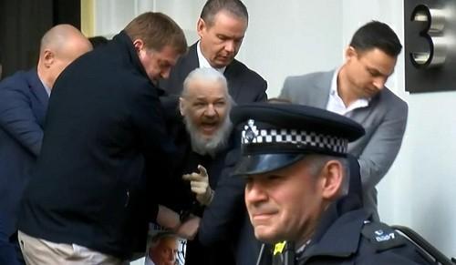 El fundador de WikiLeaks, Julian Assange, arrestado por la policía de Londres en la embajada de Ecuador [VIDEO]
