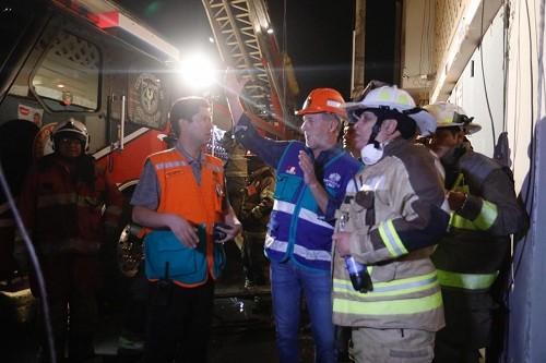 Alcalde Muñoz acudió a zona de incendio en Mesa Redonda tras ayuda desplegada