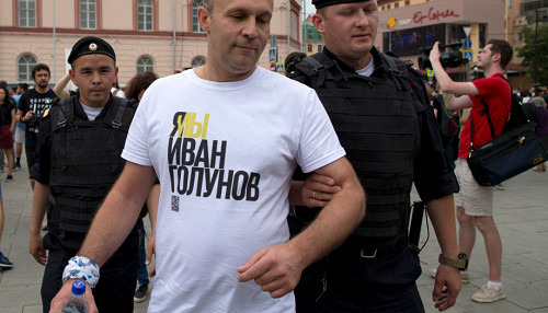 Policía rusa detiene a más de 200 persona en una protesta en apoyo al periodista Ivan Golunov