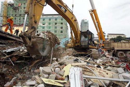 Camboya: rescatistas encuentran 2 personas vivas en un edificio derrumbado