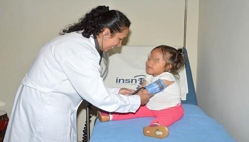 Padres deben identificar los signos de alarma de la neumonía en los niños