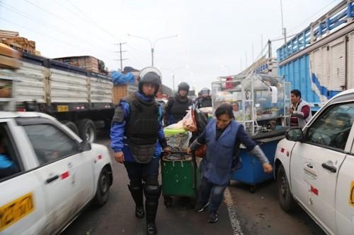 Municipalidad de Lima retira a comerciantes informales y vehículos mal estacionados en Av. Arriola