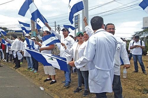 Médicos nicaragüenses exigen la reintegración de 400 médicos despedidos