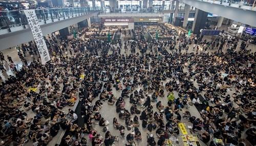El aeropuerto internacional de Hong Kong reanuda vuelos después de una noche de violencia