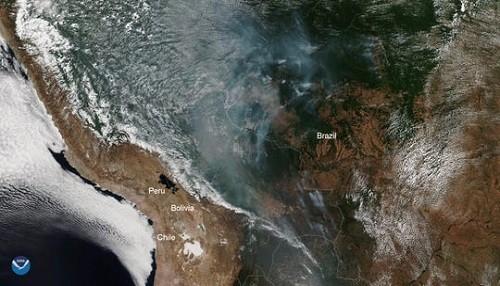El Amazonas está ardiendo y el humo del fuego se puede ver desde el espacio