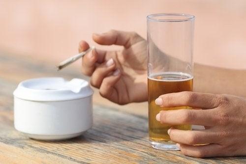 Fumar y beber alcohol a la vez puede desarrollar cáncer de laringe