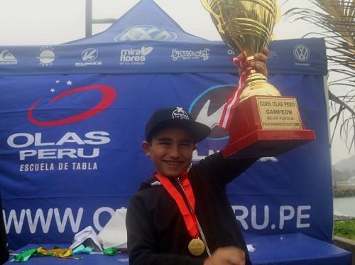 """Niño de nueve años gana la copa """"Olas Perú"""""""