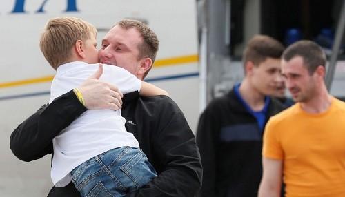 Rusia y Ucrania intercambian prisioneros para mejorar los lazos