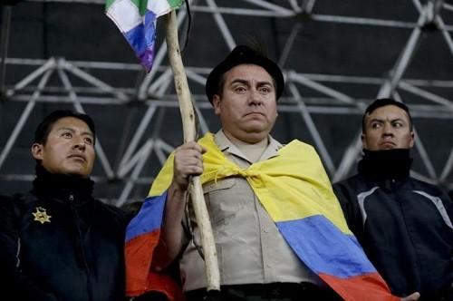 Ecuador: manifestantes antigubernamentales presumen policías cautivos