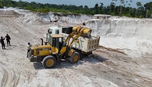 Dictan primera sentencia por minería ilegal en Iquitos por extracción de arena blanca